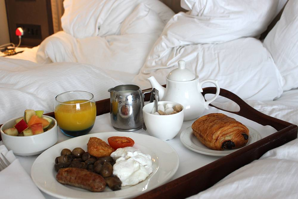 hotel-windor-castle-breakfast-bed